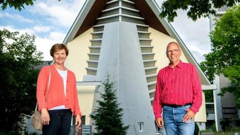 Inklusionsbeauftragte Ulrike Zogg und Peter Krauer von der Palme Pfäffikon vor der katholischen Kirche. 11.6.2020