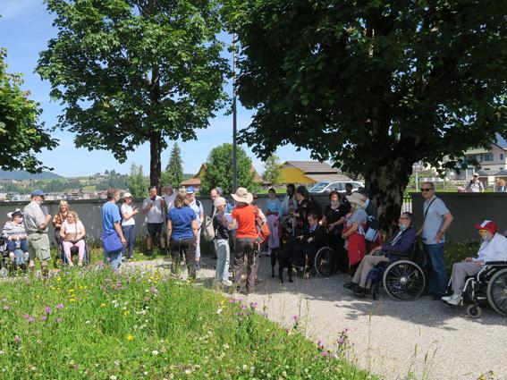 Die Pilgerinnen und Pilger haben sich auf dem Friedhof in Einsiedeln zum zweiten Impuls versammelt.
