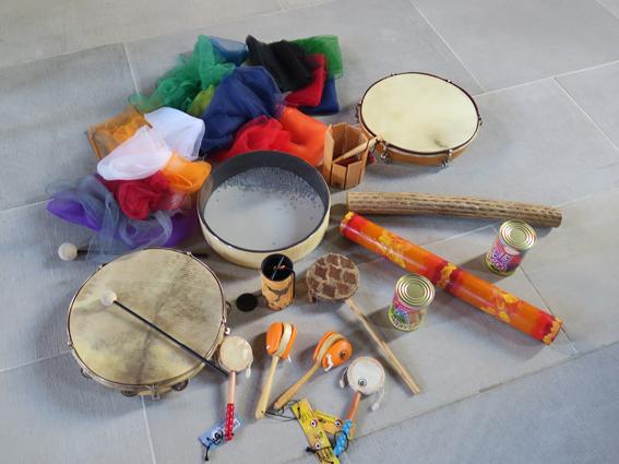 Auf dem Boden im Altarraum der Jugendkirche in Einsiedeln liegen Tücher und verschiedene Instrumente bereit.
