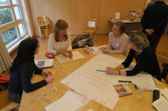 Bei der Gruppenarbeit wird rege diskutiert.